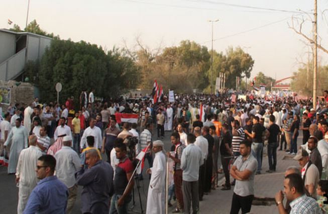 Demonstration in front of Basra Provincial Council ...
